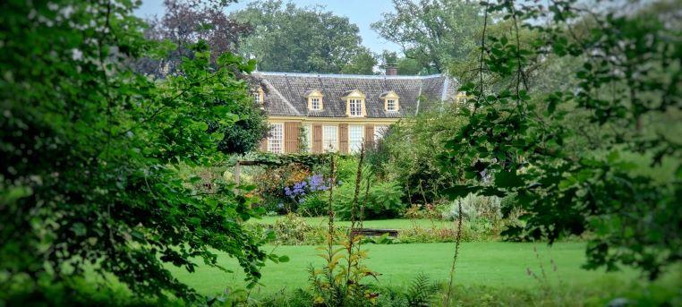 Een doorkijkje in de tuinen van landgoed De Wiersse