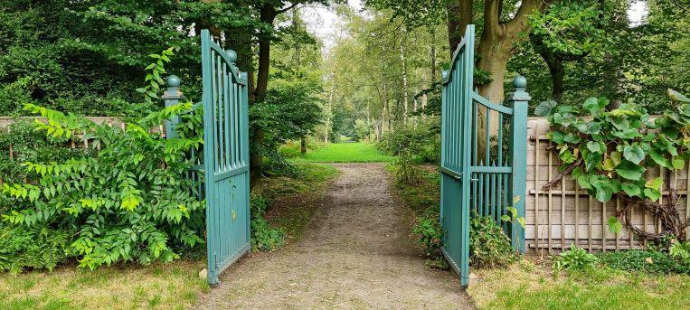 Monumentaal hekwerk in de tuinen van De Wiersse